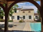Jolie bastide de 195 m² habitables sur 684 m² de terrain avec beau jardin et piscine.