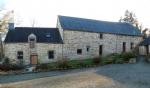 Trois maison en pierre avec pisicine couverte