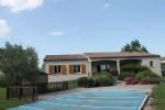 Jolie maison de plain-pied avec 3 chambres doubles, piscine et un grand jardin privé. Belles vues.