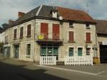A vendre dans le bourg de Chenerailles en Creuse, une grande maison avec local commercial