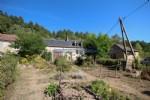 Cette maison (mitoyenne par la grange) est situee dans un petit hameau de Sommant dans l'Est-Morvan