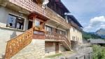 Cette maison au fort potentiel de rénovation est située au centre du village de la Côte d'ARBROZ