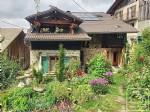 Une maison savoyarde de 3 chambres, un jardin et un mazot.