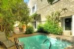 Jolie cave rénovée avec résidence principale, appartement privé, jardin, piscine et revenus !