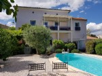 Maison de ville rénovée en 3 appartements sur 480 m² avec piscine et vues, 5 min de Pézenas.