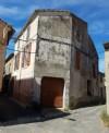 Maison de village à rénover de 82 m² habitables avec garage et grenier aménageable.