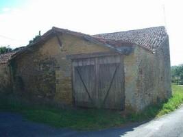 Proche Bazoges-en-Pareds, grange à renover.
