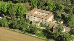 Ancien domaine du 12ème siècle avec chambres d'hôtes et gîtes sur 1 ha avec piscine.